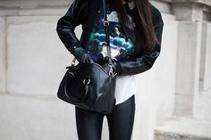 Street style en Paris Fashion Week: Sudadera con imagen de ciencia-ficción