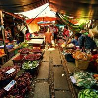 Hoje eu também visitei essa feira doida em uma cidade perto de Bangkok.... Olha onde os produtos estão expostos!! Sim, no trilho de trem... E esse trilho não está desativado!! O trem passou e eu estava lá pra ver bem de perto! Depois conto os detalhes no blog :D #Bangkok #thailand #UmViajanteAsia2015 #Maeklong