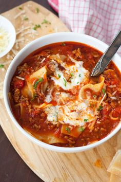 Die Lasagne-Suppe ist extrakäsig, würzig und vollgepackt mit typischen Lasagne… The lasagna soup is extracafe, spicy and packed with typical lasagna ingredients. Perfect to quench your Lasagnehunger in the simple way. Easy Lasagna Recipe, Easy Soup Recipes, Dinner Recipes, Cooking Recipes, Lasagna Recipes, Lasagna Ingredients, Quick And Easy Soup, Lasagna Soup, Health Snacks