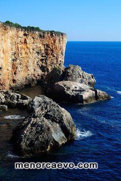 Cala Rafalet, Menorca. Es totalmente salvaje y el agua es cristalina, es un sitio mágico y mide aproximadamente 10 M de largo x 40 de ancho. Visita obligada si vienes a Menorca.