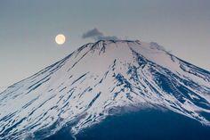 moon and Mount Fuji Digital Photography, Nature Photography, Japanese Photography, Inspiring Photography, Mont Fuji, Art Plastique, Akatsuki, Natural Wonders, Osaka