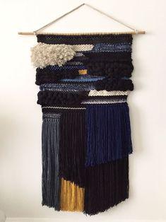 tissage deco macrame en laine noir et bleu marine pour décoration murale  Weaving, Loom, c08ed1ccef9