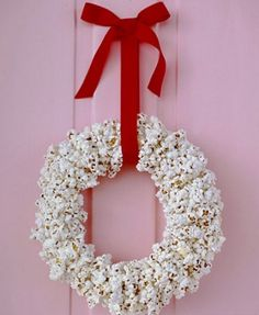 popcorn wreath easy kids crafts DIY for the birds Christmas Popcorn, Christmas Pops, Kids Christmas, Simple Christmas, Kids Crafts, Winter Crafts For Kids, Holiday Wreaths, Holiday Crafts, Christmas Decorations