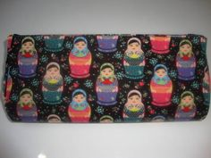 Bolsa Carteira em tecido, forrada por dentro no mesmo tecido, com material resistente interno que a torna firme, sendo o fecho dois botões de imã. R$ 26,00