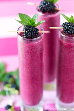 Frozen Blackberry Coolers Frozen Blackberry Cooler Recipe – SO refreshing! Frozen Blackberry Cooler Recipe - SO refreshing! Could easily make a non-alcoholic version for kids. These frozen blackberry coolers look amazing for summertime! The perfect drin Summer Drink Recipes, Summer Cocktails, Cocktail Recipes, Refreshing Drinks, Fun Drinks, Healthy Drinks, Beverages, Eating Healthy, Healthy Snacks