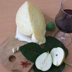 >>con la sua caratteristica forma a pera e il gusto saporito il #caciocavallo è un #formaggio tra i più antichi prodotti in tutto il Sud Italia del quale è diventato quasi un simbolo ... prova quello dell'#Azienda Al Laghetto tra i monti http://www.capsam.it/shop/index.php?id_cms=18