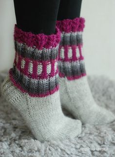 Villasukat matkalaukussa Crochet Socks, Knitted Slippers, Wool Socks, Slipper Socks, Knitting Socks, Sexy Socks, Winter Socks, Stocking Tights, Knit Wrap
