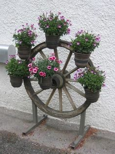 A Wagon Wheel Chandelier – Home Decorating Diy Garden Bed, Garden Crafts, Garden Projects, Garden Art, Flower Garden Design, Backyard Garden Design, Garden Landscape Design, Small Yard Landscaping, Garden Fire Pit