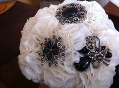 Bouquet mixto ramo de flores de tela en blanco con broches negros 606619349 algodondeluna@gmail.com