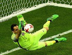 Blog Esportivo do Suíço:  Bravo brilha nos pênaltis, Chile vence Portugal e avança a decisão