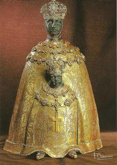 Notre Dame Noir 10e eeuw kathedraal du Puy, Fr. Zij draagt verschillende mantels - al gelang jaargetijden of dienst in de kerk