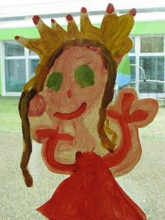 Exactly what I need on my windows! Self-portraits painted on craft paper or brown paper bags? Reggio Emilia, Hands On Activities, Toddler Activities, Reggio Classroom, Classroom Organization, Kindergarten Learning, Preschool, Childrens Artwork, Inspired Learning