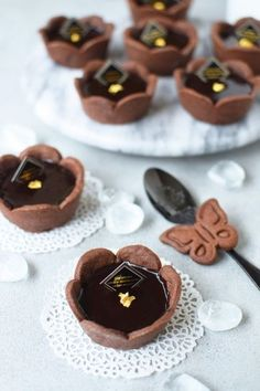 Flower tart o chocolate; Candy Recipes, Baking Recipes, Dessert Recipes, Small Desserts, Mini Desserts, Puff And Pie, Best Party Food, Chocolate Fondant, Sweet Tarts