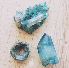 Aqua Aura is said to assist in conscious awareness of one's own motivations and patterns. As humans we tend to spend a great deal of emotional energy closing our eyes to our own truths. Ceasing to expend this energy brings a calm sense of clarity about these motivations and patterns. This enables us to improve these for our highest good.