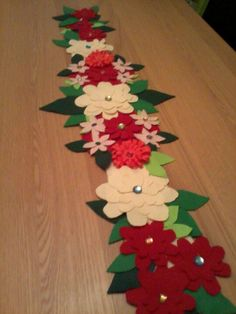"""Képtalálat a következőre: """"Pretty Poinsettia Holiday Table Runner"""" Felted Wool Crafts, Felt Crafts, Diy And Crafts, Poinsettia, Christmas Sewing, Christmas Crafts, Felt Flowers Patterns, Felt Christmas Decorations, Bottle Cap Crafts"""