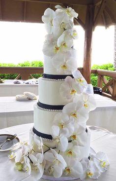 Wedding cake idea via A Cake Life   Deer Pearl Flowers