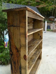 The side view of my pallet bookcase!
