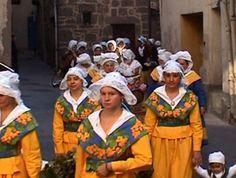 costume traditionnel en « coulane  en « sarret » ou châle en cachemire portes par les  des femmes et les enfants  d'Agde. Herauld. AGDE - La fête du Vin Nouveau :