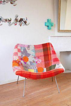 A Poltrona Oyster, criada pelo famoso designer Pierre Paulin, é sofisticada, moderna e muito confortável. Devido ao seu tamanho ela é ótima para compor qualquer canto da sua casa
