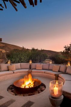 Outdoor fire pit Cozy Backyard Fire Pit with Seating Area Ideas < Home Design Ideas < queenchefr Cozy Backyard, Backyard Seating, Backyard Patio Designs, Fire Pit Backyard, Outdoor Fire Pits, Desert Backyard, Deck Fire Pit, Garden Fire Pit, Fire Pit Area