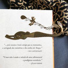 Marcador de livro sereia com citações de júlio verne e locevraft sobre o oceano
