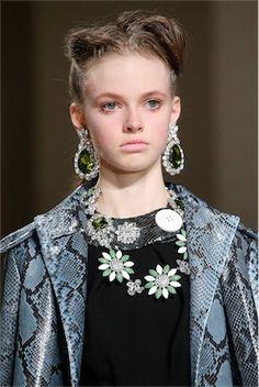 ビッグジュエリーで秋冬のスタイルにスパイスを加える。(イヤリング編)|定番ファッショントレンド(流行・モード
