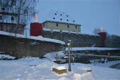 Burg, zur Weihnachtszeit sind die vier Wehrtürme als Kerzen umfunktioniert, Rockenberg