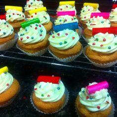 hola! estos cupcake son faciles y sencillos,muy coloridos para fiestas infantiles. preparados con mucho corazon ;-)