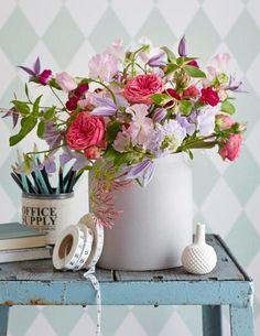 Sommerstrauß aus Rosen, Wicken und Clematis - [LIVING AT HOME]