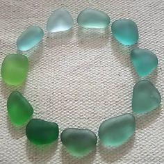 シーグラス。 約1センチサイズ。 海の予定がたてられない。 寂しいからサイズ分け。 #シーグラス #ビーチグラス #宝物探し #宝物 #たからもの #漂流物 #ビーチコーミング #ビーチコーミング初心者 #seaglass #beachglass #beachcombing #seaglasshunters #sea #beach #seaglasm #watercolorskyseaglass #seaglasslove #beachtreasures #green #circle