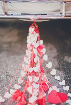 Schattige hartjes voor achter de auto #trouwauto #decoratie #versiering #alternatief #hartjes #slingers Alternatief voor de blikken achter de trouwauto | ThePerfectWedding.nl | Fotocredit: Our Labor of Love