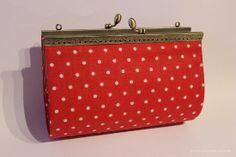 http://www.quecosucas.com/manualidades/como-hacer-un-bolso-estilo-vintage-con-carton-y-tela/#more-1766