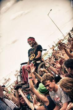 Old hippie in his wheel chair is crowd surfing in Jarocin Festival, Poland. Look how happy he is. Lollapalooza, Raves, Powerful Pictures, Cool Pictures, Amazing Photos, Recital, Coachella, Edm, Fotografia Social