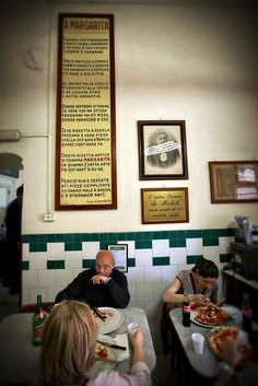 People having pizza at the Antica Pizzeria de Michele in Naples, Italy © John Bragg Photography
