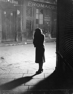 Why brassai photographs streets at night ?