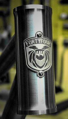 44 Bikes Fixed Gear Bicycle, Bike Run, Logos Vintage, Antique Bicycles, Cycling Tips, Bike Storage, Badge Design, Bike Parts, Bike Accessories
