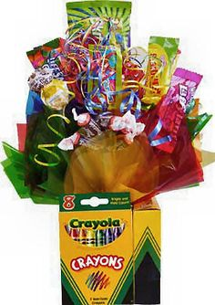 Instead of candy use pencils, pens, staples, whiteout, etc. Teacher Gift Baskets, Birthday Gift Baskets, Teacher Gifts, Candy Bouquet Diy, Food Bouquet, Candy Arrangements, Candy Centerpieces, Candy Art, Edible Crafts