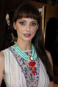 Frédérique Bel porte le collier Arielle col. Turquoise/Corail de Dominique Denaive