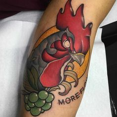 Brian Flores-tatuaje gallo neotradicional