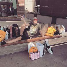 Comprinhas de aniversário 💁🏼 mentira essas sacolas nem são minhas! Sou contra o capitalismo opressor que cria desejo nas pessoas para comprar coisas que elas não precisam.... mas viram que legal minha camiseta da @justapprove lançamos ela ontem e você já pode compra-la 😘😂