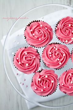 The icing on these cupcakes looks like roses. I like the edible pearls; they add a little extra elegance.