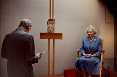 Lucian Freud painting the Queen of England, 2001. Photo by David Dawson