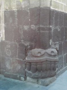 Muestra de como se reutilizaron los restos de los templos prehispánicos en la construcción de la ciudad