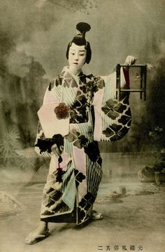 """It's difficult to tell whether this is a boy or a geiko (geisha) dressed to dance the role of a man from the Genroku period who has been out catching fireflies. The caption reads """"former customs of the Genroku period"""". Ikebana, Old Photos, Vintage Photos, Samurai, Catching Fireflies, Old Photography, Japan Photo, Japanese Prints, Nihon"""