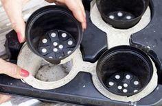 SÅ GÖR DU TRE KRUKOR.Tre krukor som sitter samman får du genom att använda ett plast-tråg för många plantor. Tejpa de öppningar som du inte vill att betongen ska rinna igenom, vanlig maskeringstejp duger fint. Fyll på med betong, skaka formen så att betongen blir slät och tryck sedan ned plastkrukor. Tejpa krukorna i botten om de har hål, annars sipprar betongen igenom.