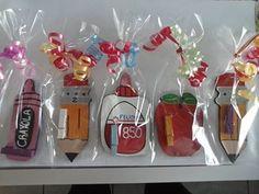 Galletas decoradas como si fueran útiles escolares.