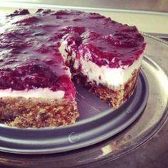 """Een gezonde taart? Bestaat dat echt? Altijd op zoek naar lekkere recepten kwam Rose dit recept tegen. Het is van Sanne en razend populair, misschien door de ingrediënten en het bereidingsgemak. Probeer het eens uit. """"Wie heeft er nog een kookboek nodig als je al je lekkere recepten online kan vinden?"""" dat vroeg ik me…"""