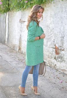 сочетание голубых джинсов с мятным пальто и бежевыми туфлями