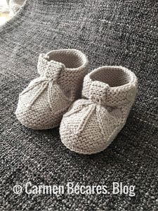 undefined Baby Booties Knitting Pattern, Knit Baby Shoes, Knitted Booties, Baby Boots, Baby Knitting Patterns, Baby Sandals, Baby Feet, Easy Projects, Crochet Projects