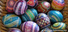 Eier mit mehrfarbiger Wachsreservetechnik (Wachsbatik) verziert